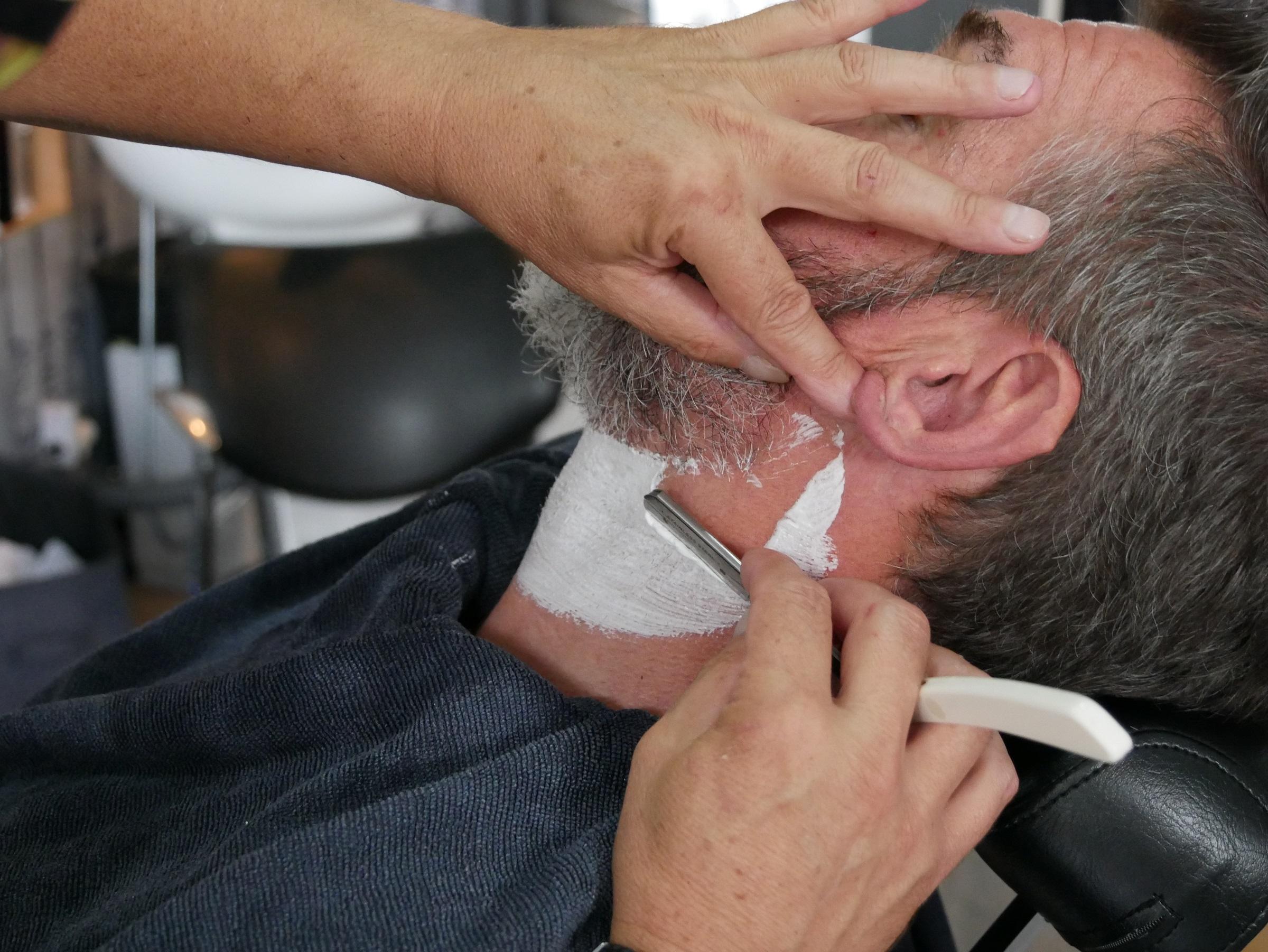 Rasage au coupe-chou, la méthode traditionnelle du barbier au salon Hair N'J