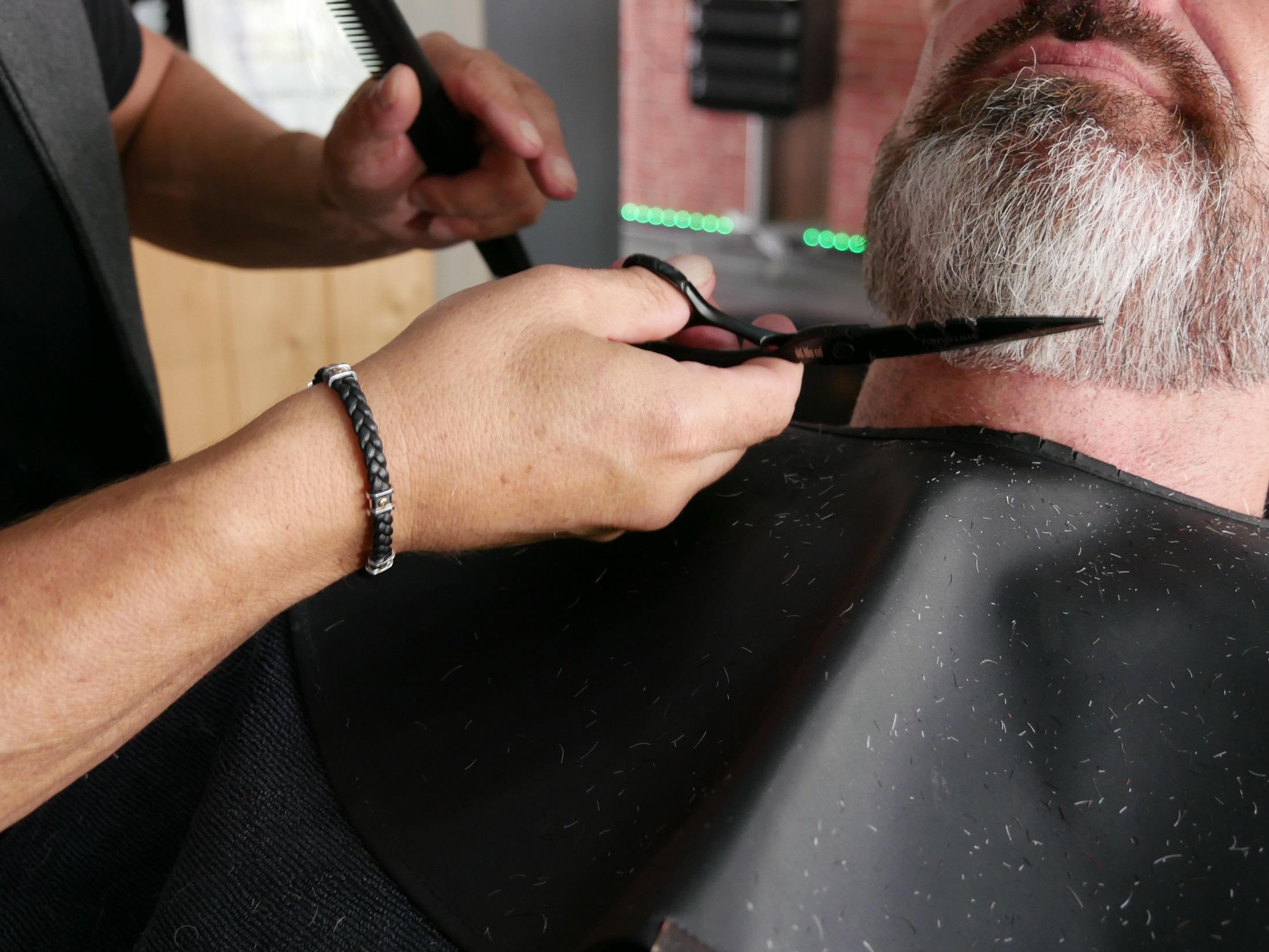 Taille de la barbe aux ciseaux par le barbier de Hair N'J.